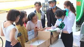 Các y bác sĩ Bệnh viện Răng Hàm Mặt Sài Gòn tặng khẩu trang và dung dịch nước sát khuẩn cho người dân