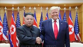 Nhà lãnh đạo Triều Tiên Kim Jong-un (trái) và Tổng thống Mỹ Donald Trump (phải) trong cuộc gặp tại Khu phi quân sự ở biên giới liên Triều ngày 30-6-2019. Nguồn: TTXVN