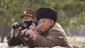 Chủ tịch Kim Jong-un thị sát một cuộc diễn tập. Nguồn: AP
