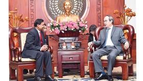 Bí thư Thành ủy TPHCM Nguyễn Thiện Nhân  tiếp tân Đại sứ Sri Lanka Sampath Prasanna Walpita Gamage. Ảnh: VIỆT DŨNG
