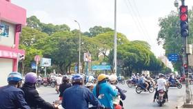 Bất chấp tín hiệu đèn đỏ, nhiều phương tiện vẫn lưu thông