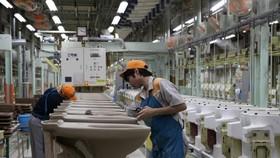  Thực tập sinh Việt Nam làm việc tại Nhà máy gốm sứ vệ sinh Enokido của LIXIL ở tỉnh Aichi. Ảnh: TTXVN