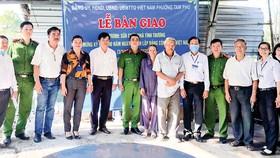 Cán bộ, chiến sĩ công an phường Tam Phú, quận Thủ Đức đóng góp sửa nhà tình thương cho một hộ nghèo trong phường