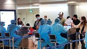 Hành khách đăng ký khai báo y tế tại Sân bay Tân Sơn Nhất. Ảnh: THÀNH AN