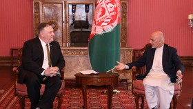Tổng thống Afghanistan Ashraf Ghani tiếp Ngoại trưởng Ngoại trưởng Mỹ Mike Pompeo ở Kabul ngày 23-3. Ảnh: REUTERS