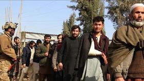 Binh sĩ Afghanistan áp giải các tay súng Taliban bị bắt giữ tại Kunduz, ngày 10-2-2020. Ảnh: TTXVN