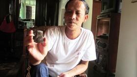 Thầy Tường và chiếc rìu đá sưu tầm ở xã Phú Định