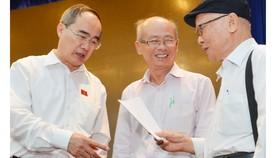 Đồng chí Nguyễn Thiện Nhân, Ủy viên Bộ Chính trị,  Bí thư Thành ủy TPHCM, tiếp xúc, lắng nghe ý kiến phản ánh của cử tri quận Gò Vấp về công tác cán bộ. Ảnh: VIỆT DŨNG