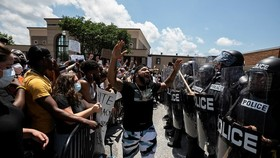Người biểu tình đòi công lý cho George Floyd đối đầu cảnh sát tại thành phố Columbia, bang South Carolina ngày 30-5. Ảnh: REUTERS
