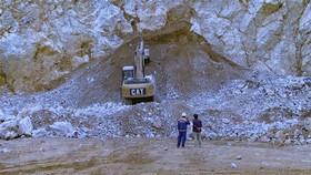Lực lượng chức năng nỗ lực tìm kiếm nạn nhân vụ nổ mỏ đá. Ảnh: TTXVN