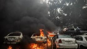 Khói lửa bốc lên sau vụ tấn công do lực lượng Quân đội miền Đông Libya (LNA) tiến hành tại thủ đô Tripoli ngày 25-3-2020. Nguồn: TTXVN