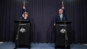 Thủ tướng Australia Scott Morrison (bên phải) cho biết, hàng loạt tổ chức của nước này bao gồm chính phủ và doanh nghiệp đã bị một nhóm tin tặc nước ngoài tấn công mạng trong vài tháng gần đây. Ảnh: REUTRES