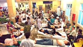 Một vụ công nhân bị ngộ độc thực phẩm tập thể phải điều trị tại Bệnh viện Đa khoa Xuyên Á. Ảnh: THÀNH SƠN