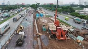 Công trình thi công nút giao thông  Nguyễn Văn Linh - Nguyễn Hữu Thọ Ảnh: CAO THĂNG