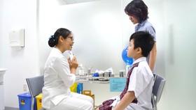 Bác sĩ tư vấn cho phụ huynh tiêm vaccine  phòng ngừa bạch hầu cho trẻ