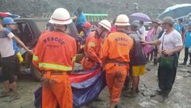 Lực lượng cứu hộ đưa thi thể ra khởi nơi xảy ra lở đất ở bangKachin, Myanmar ngày 2-7. Ảnh:  REUTERS