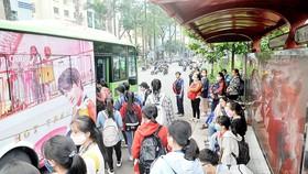 Mạng lưới xe buýt TPHCM hiện đang đáp ứng một phần nhu cầu đi lại của người dân. Ảnh: CAO THĂNG