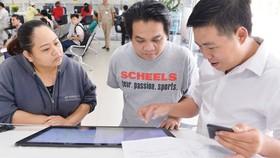 Người dân dễ dàng tra cứu thông tin trên kios điện tử tại UBND quận 12, TPHCM. Ảnh: VIỆT DŨNG