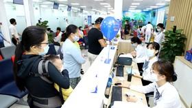 Phụ huynh đưa trẻ đi tiêm phòng bạch hầu  tại Trung tâm Tiêm chủng Việt Nam