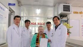 Bệnh nhân 91 - nhận giấy chứng nhận xuất viện từ PGS.TS Lương Ngọc Khuê- Cục trưởng Cục Quản lý Khám chữa bệnh, Phó Trưởng Tiểu ban Điều trị. Ảnh: BVCR