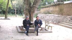Nhà thơ Vũ Từ Trang (phải) và nhà văn Nguyễn Xuân Khánh  ở sân chùa Bổ Đà, tỉnh Bắc Giang