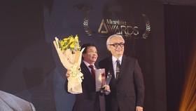 PGS.TS. Nguyễn Mạnh Hùng, Hiệu trưởng Trường ĐH Nguyễn Tất Thành được vinh danh tại Lễ trao giải Men&life Awards