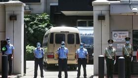 Giới chức Trung Quốc vào tiếp quản cơ sở từng là Tổng lãnh sự quán Mỹ ở Thành Đô sáng nay. Ảnh: GLOBAL TIMES .
