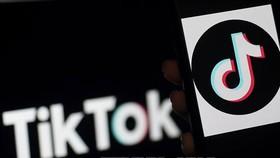 Biểu tượng TikTok trên màn hình điện thoại tại Arlington, Virginia, Mỹ. Nguồn: TTXVN