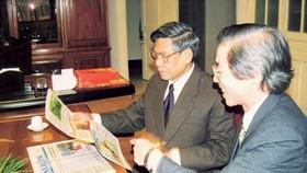 Đồng chí Lê Khả Phiêu xem các ấn phẩm Báo SGGP Ảnh tư liệu Báo SGGP
