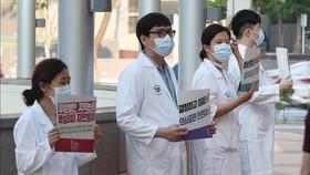 Các bác sĩ tham gia đình công phản đối kế hoạch cải tổ ngành y tại Seoul, Hàn Quốc ngày 26-8-2020. Ảnh: YONHAP/TTXVN
