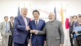 Thủ tướng Nhật Bản Shinzo Abe (giữa) cùng Tổng thống Mỹ Donald Trump và Thủ tướng Ấn Độ Narendra Modi  tại Hội nghị G20 ở Osaka, năm 2019