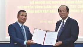 Bộ trưởng, Chủ nhiệm VPCP Mai Tiến Dũng trao quyết định tiếp nhận và bổ nhiệm ông Nguyễn Hồng Sâm giữ chức vụ quyền Tổng Giám đốc Cổng TTĐT Chính phủ kiêm Tổng Biên tập Báo điện tử Chính phủ. Ảnh: VGP