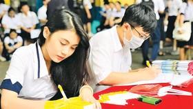 Thí sinh đăng ký xét tuyển học bạ  vào Trường Đại học Kinh tế Tài chính TPHCM. Ảnh: THANH HÙNG