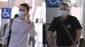 Phóng viên Bill Birtles (trái) và Michael Smith tại sân bay ở Sydney, Australia, sáng 8-9. Ảnh: AP.