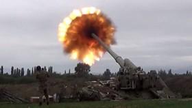 Pháo của Azerbaijan khai hỏa tấn công vị trí quân Armenia hôm 28-9. Ảnh: ANADOLU