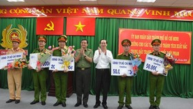 Phó chủ tịch thường trực UBND TPHCM Lê Thanh Liêm và Thiếu tướng Lê Hồng Nam, Giám đốc CATP trao thưởng cho các đơn vị. Nguồn: congan.com.vn