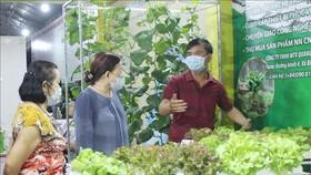 Khách tham quan các gian hàng sản xuất rau tại chợ phiên nông sản TP Hồ Chí Minh năm 2020. Ảnh: TTXVN