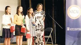 Các em đoạt giải thưởng viết sách tiếng Việt  ở bang California, Mỹ