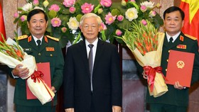 Tổng Bí thư, Chủ tịch nước Nguyễn Phú Trọng trao Quyết định thăng quân hàm từ cấp Trung tướng lên cấp Thượng tướng đối với đồng chí Hoàng Xuân Chiến và đồng chí Lê Huy Vịnh. Ảnh: VGP