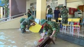 Lực lượng Bộ Chỉ huy Quân sự tỉnh Hà Tĩnh giúp các trường học ở vùng lũ huyện Cẩm Xuyên dọn dẹp vệ sinh môi trường