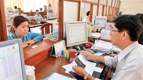 Người dân làm thủ tục hành chính tại UBND quận 7, TPHCM. Ảnh: VIỆT DŨNG