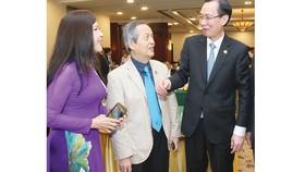 Phó Chủ tịch Thường trực UBND TPHCM Lê Thanh Liêm  trao đổi với các đại biểu tại hội nghị. Ảnh: HOÀNG HÙNG
