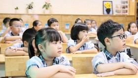 Học sinh lớp 1 Trường Tiểu học Lê Đức Thọ, quận Gò Vấp, TPHCM trong một tiết học.  Ảnh: HOÀNG HÙNG
