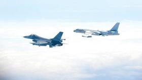 Máy bay F-16 được lãnh thổ Đài Loan mua của Mỹ bay cạnh máy bay ném bom H-6 (phải)  của Trung Quốc
