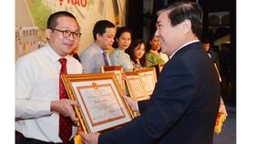 Chủ tịch UBND TPHCM Nguyễn Thành Phong chúc mừng Sở Ngoại Vụ nhân kỷ niệm 45 năm ngày thành lập. Ảnh: VIỆT DŨNG