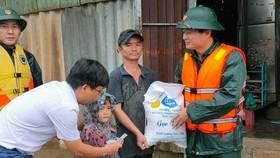 Trước đó, đại diện Báo SGGP cũng đã trao tiền và gạo cứu trợ  cho người dân ở thị trấn Thuận An, huyện Phú Vang, tỉnh Thừa Thiên - Huế