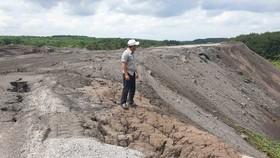 Bãi xỉ than tro bay thải ra từ Nhà máy Alumin Nhân Cơ tập kết  tại huyện Đắk R'lấp (tỉnh Đắk Nông) nguy cơ gây ô nhiễm nguồn nước trong khu vực. Ảnh: ĐÔNG NGUYÊN