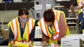 Nhân viên bầu cử đếm phiếu bầu ở thành phố Philadelphia, Pennsylvania, hôm 3-11. Ảnh: REUTERS