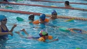 Học sinh Trường Tiểu học Nguyễn Bỉnh Khiêm học bơi tại hồ bơi Nguyễn Bỉnh Khiêm, quận 1