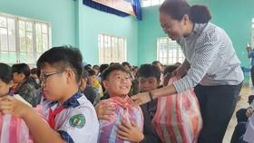 Đoàn công tác Báo SGGP đã đến thăm và trao quà (ảnh) cho học sinh Trường THCS Nguyễn Duy Hiệu